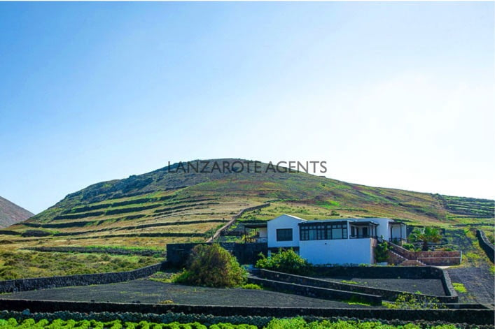 THE PERFECT COUNTRY VILLA WITH BIG PLOT IN TINAJO WITH FANTASTIC PANORAMIC SEA AND MOUNTAIN VIEWS
