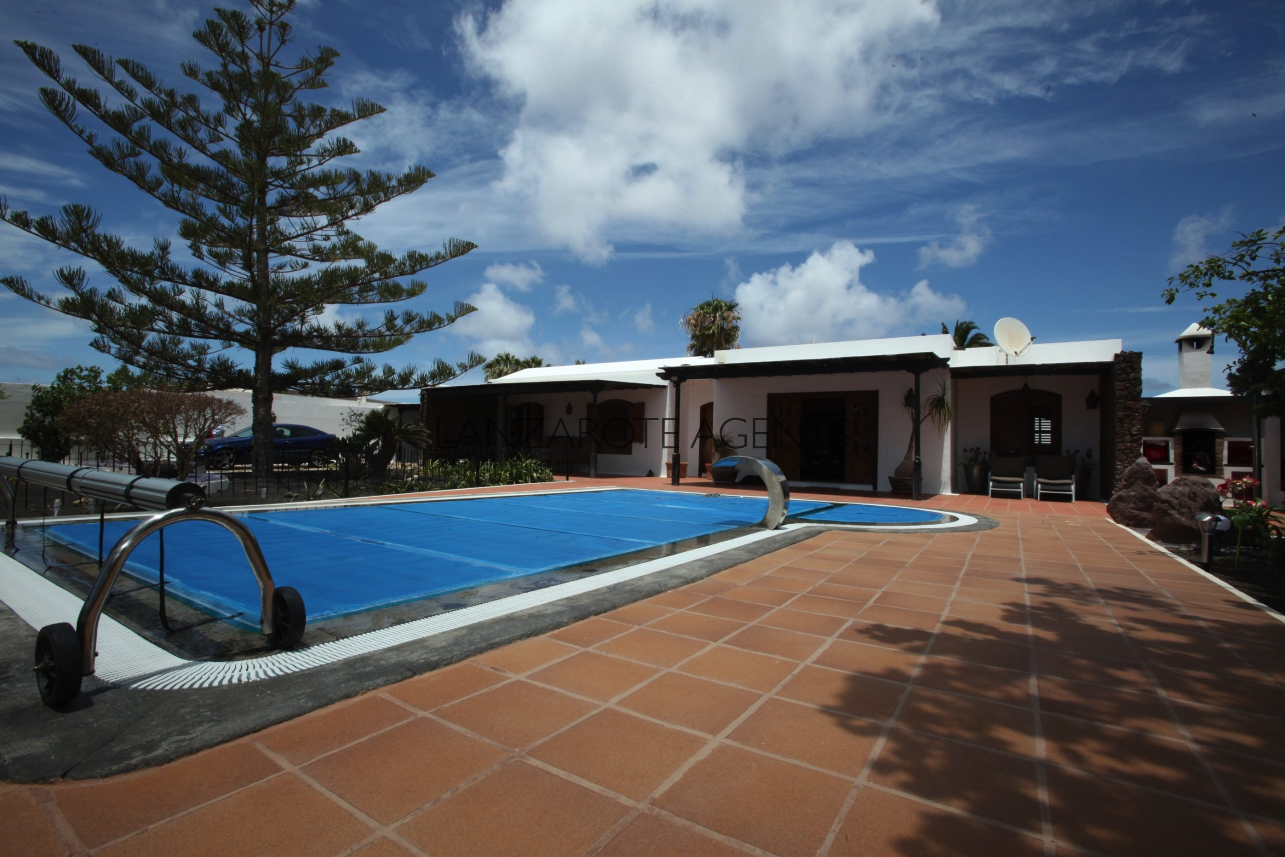 FABULOUS LARGE DETACHED FAMILY HOME IN LOS CALAMARES OF PLAYA BLANCA WITH TWO INDEPENDENT APARTMENTS!!