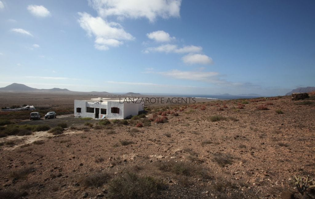 BARGAIN!!! REDUCED PRICE!!! Unique Property in Famara! A detached Country House in Las Laderas with 25.000m2 of Land and Amazing Sea Views!!