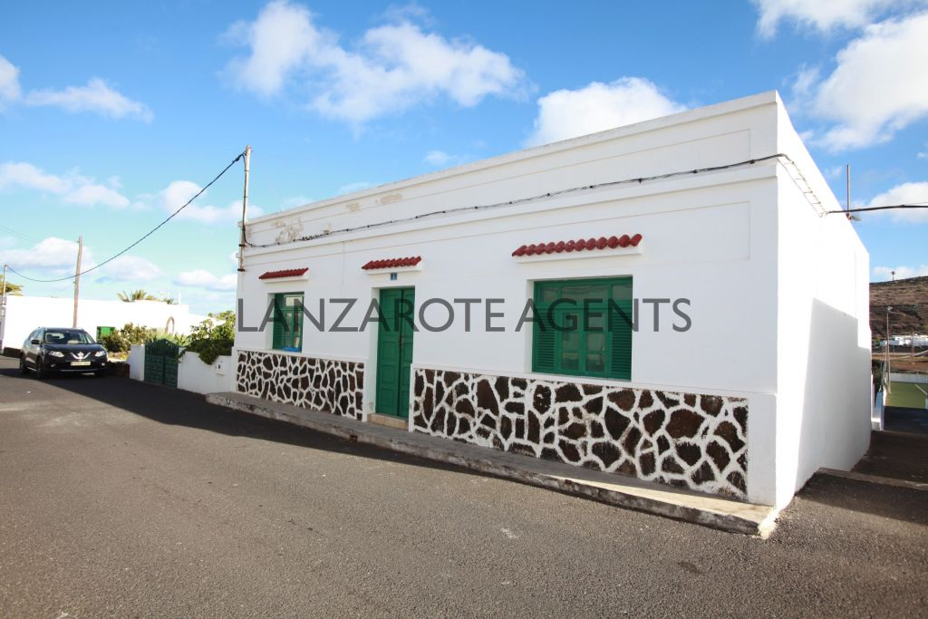 FANTASTIC OPPORTUNITY TO BUY AN OLD CANARIAN HOUSE IN MAGUEZ WITH BUILDABLE PLOT