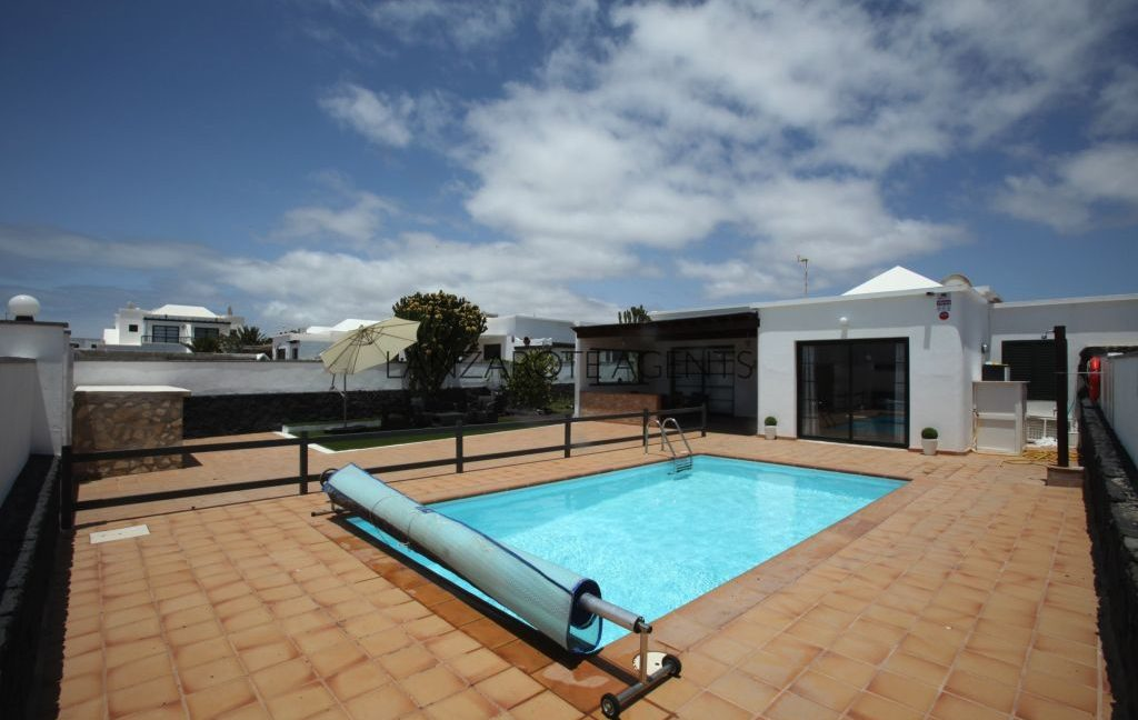 REDUCED PRICE!!! FANTASTIC OPPORTUNITY TO BUY AN IMMACULATE SEMIDETACHED VILLA IN PLAYA BLANCA NEAR TOWN CENTRE WITH PRIVATE POOL.