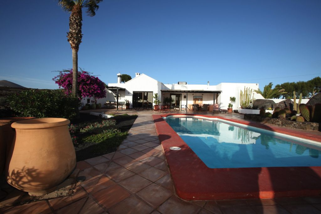 FANTASTIC VILLA NEAR PUERTO DEL CARMEN GOLF COURSE WITH TWO INDEPENDENT APARTMENTS, PRIVATE POOL AND FANTASTIC SEA VIEWS