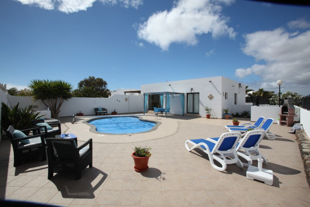 INVESTMENT OPPORTUNITY!!! BUY A LOVELY 3 BEDROOM SEMI DETACHED VILLA NEAR  PLAYA BLANCA TOWN CENTRE WITH PRIVATE POOL AND LETTING INCOME!!