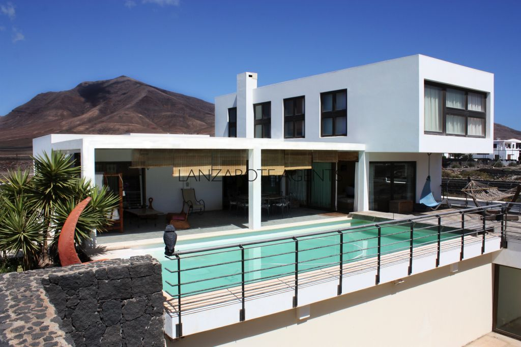 FANTASTIC LARGE MODERN INDEPENDENT VILLA IN LAS COLORADAS THE MOST SOUGHT AFTER AREA IN PLAYA BLANCA