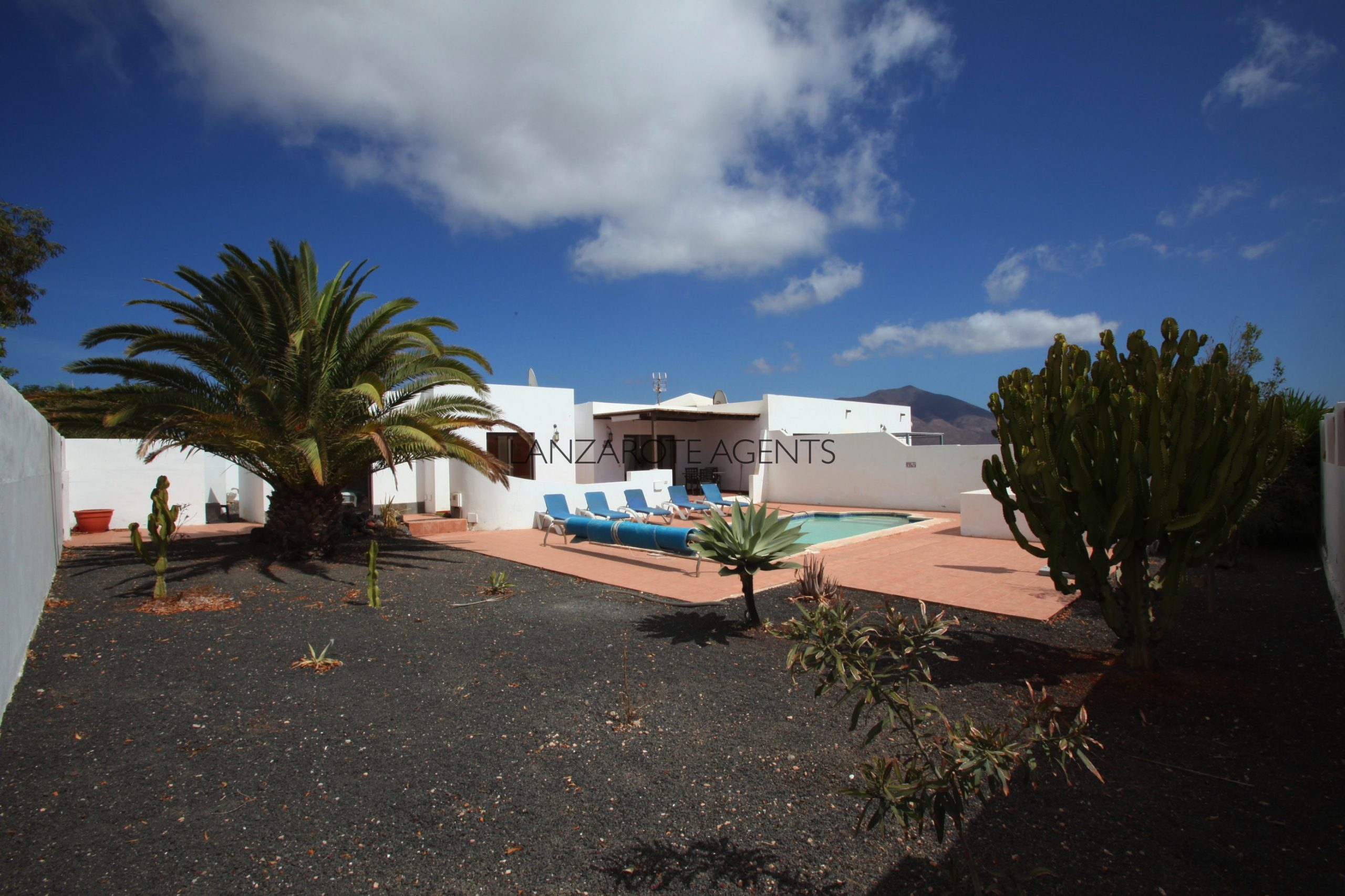 Great Potential!! Semi-detached There Bedroom Villa near the Town Centre with Mountain Views.